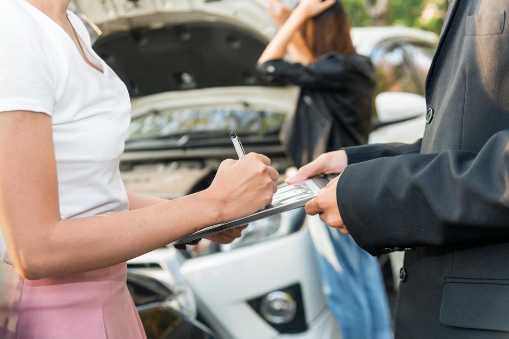 コンビニ各社の金融サービス競争が激化、ローソンが1日自動車保険