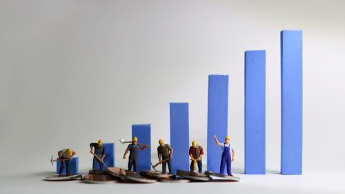 最低賃金、40県が上げ 全国平均902円に