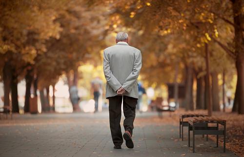 生命保険協会、認知症の人が保険契約者の場合の対応策まとめる